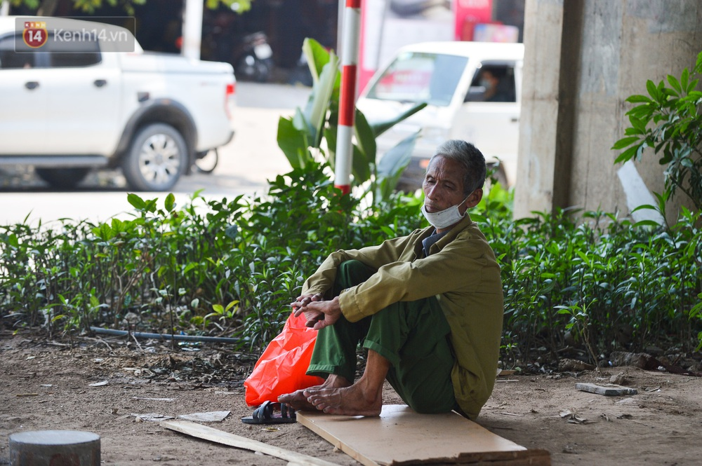 Ngày nắng nóng nhất từ đầu hè lên đến 40 độ C: Đường phố Hà Nội bốc hơi, người dân vất vả che kín mít - Ảnh 11.