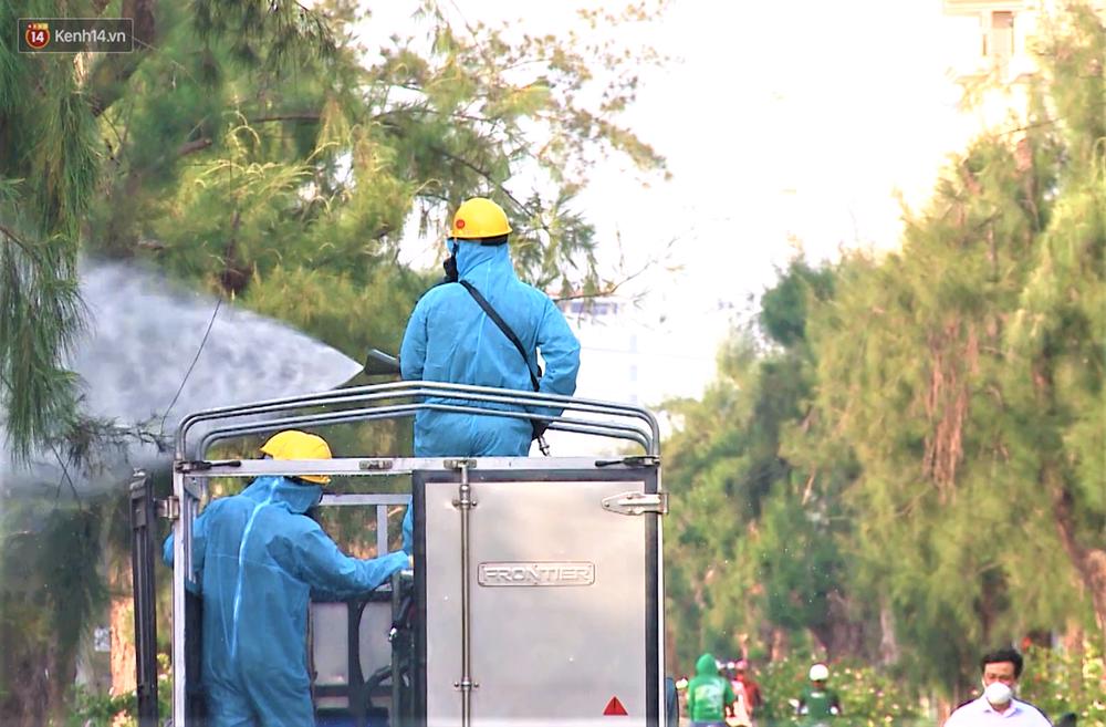 Clip: Bộ đội Hóa học khử khuẩn khu công nghiệp phát hiện hàng chục ca dương tính SARS-CoV-2 ở Đà Nẵng - Ảnh 9.