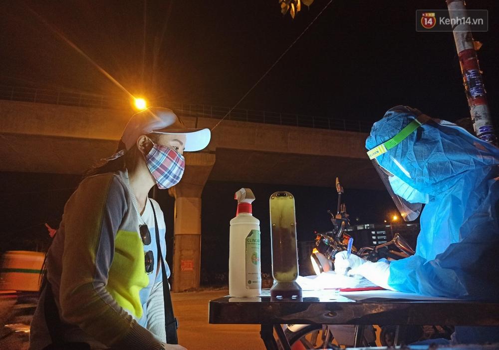 Trắng đêm ở chốt trạm phòng dịch Covid-19 tại các cửa ngõ TP.HCM - Ảnh 10.