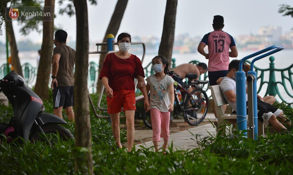 Ảnh: Bất chấp quy định, hàng trăm người dân vẫn vượt rào tập thể dục, chụp ảnh ở hồ Tây - Ảnh 10.
