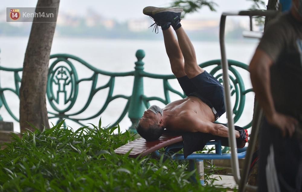 Ảnh: Bất chấp quy định, hàng trăm người dân vẫn vượt rào tập thể dục, chụp ảnh ở hồ Tây - Ảnh 11.