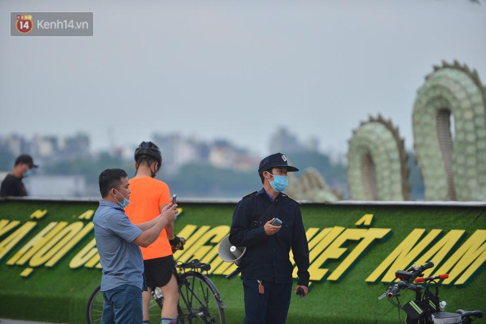 Ảnh: Bất chấp quy định, hàng trăm người dân vẫn vượt rào tập thể dục, chụp ảnh ở hồ Tây - Ảnh 8.