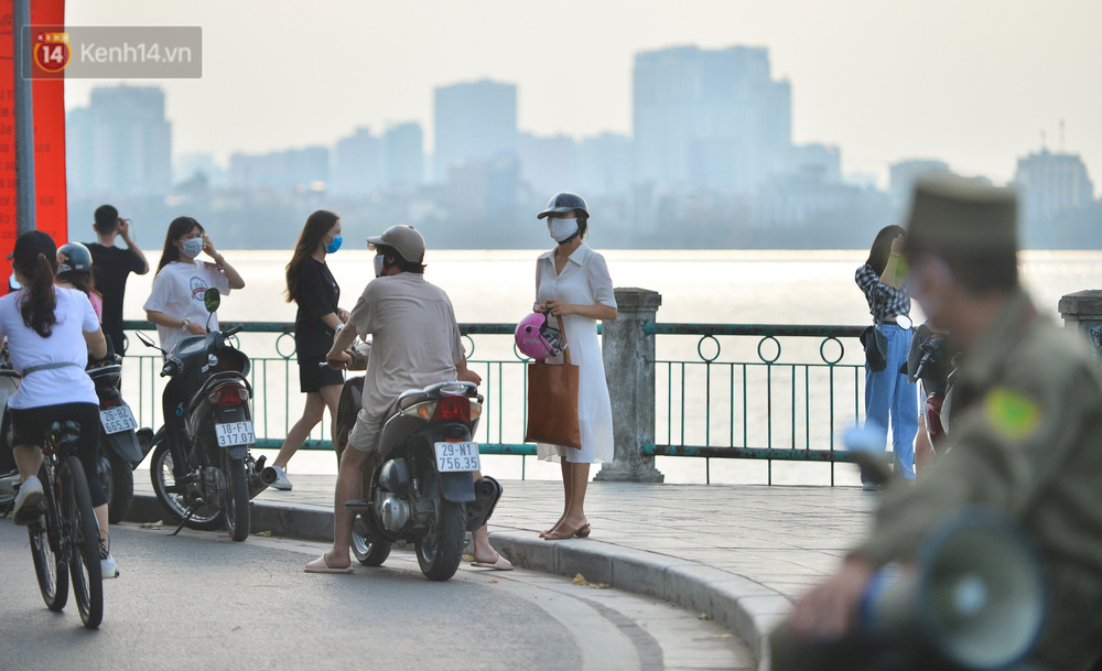 Ảnh: Bất chấp quy định, hàng trăm người dân vẫn vượt rào tập thể dục, chụp ảnh ở hồ Tây - Ảnh 5.