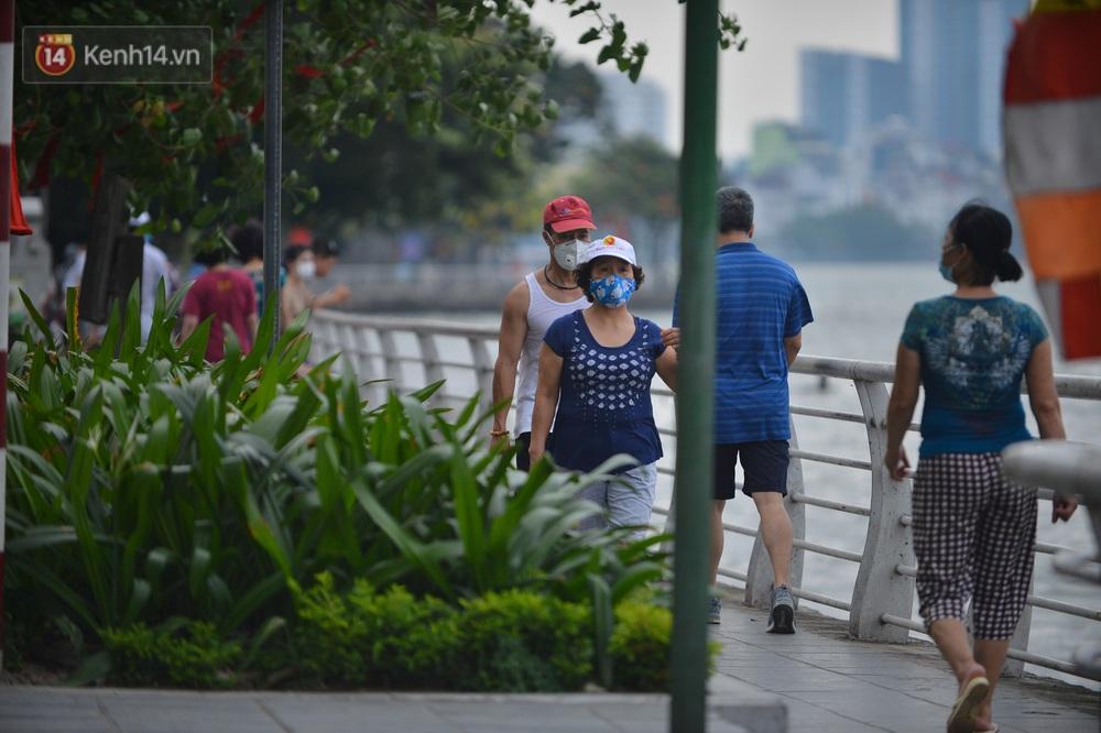 Ảnh: Bất chấp quy định, hàng trăm người dân vẫn vượt rào tập thể dục, chụp ảnh ở hồ Tây - Ảnh 4.