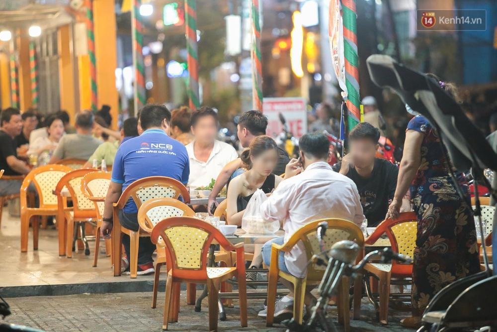 Cuối tuần, khách nhậu Sài Gòn ngồi chật kín quán, giới trẻ tụ tập tràn vỉa hè giữa dịch Covid-19 - Ảnh 12.