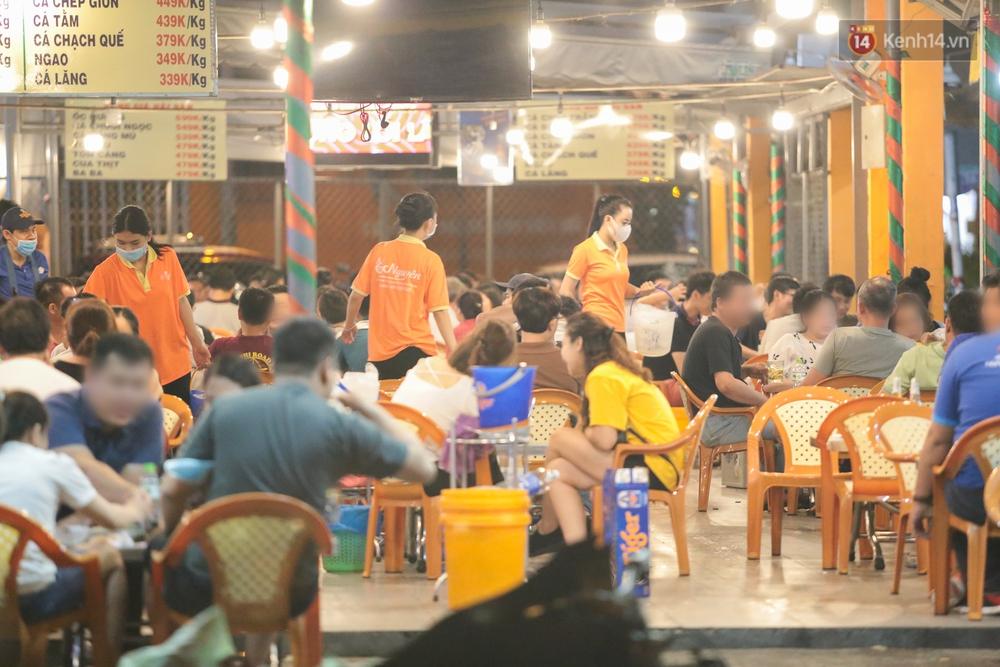 Cuối tuần, khách nhậu Sài Gòn ngồi chật kín quán, giới trẻ tụ tập tràn vỉa hè giữa dịch Covid-19 - Ảnh 11.