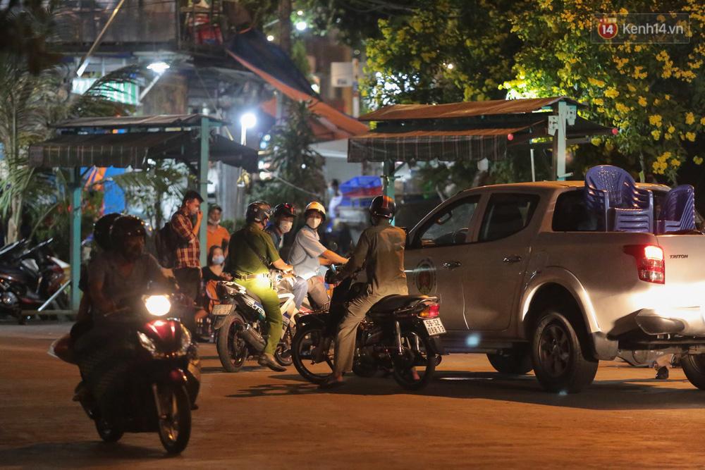 Cuối tuần, khách nhậu Sài Gòn ngồi chật kín quán, giới trẻ tụ tập tràn vỉa hè giữa dịch Covid-19 - Ảnh 10.