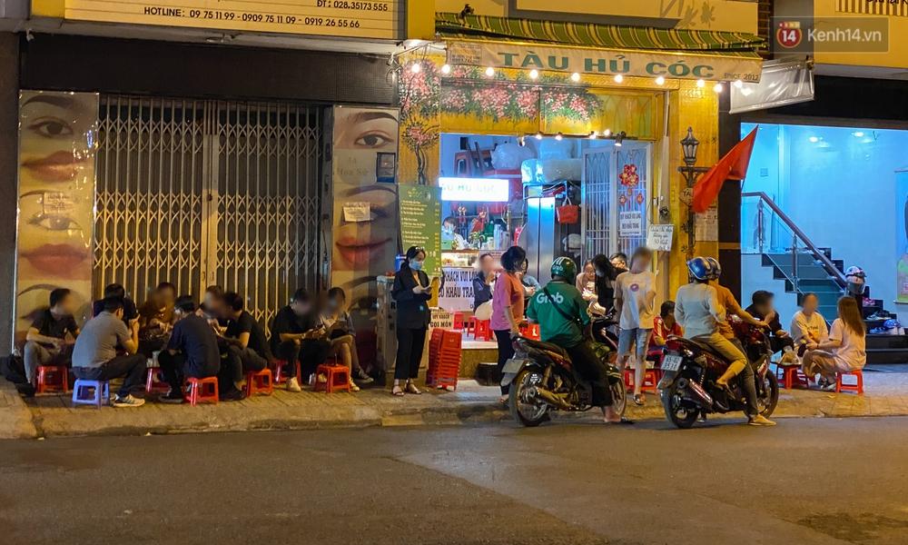 Cuối tuần, khách nhậu Sài Gòn ngồi chật kín quán, giới trẻ tụ tập tràn vỉa hè giữa dịch Covid-19 - Ảnh 1.