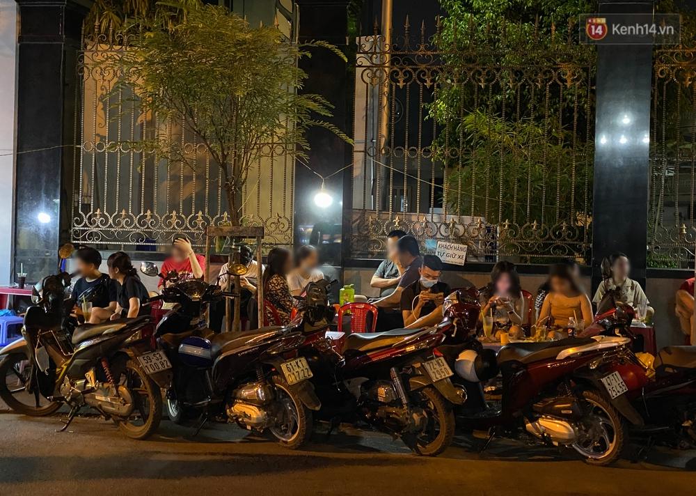 Cuối tuần, khách nhậu Sài Gòn ngồi chật kín quán, giới trẻ tụ tập tràn vỉa hè giữa dịch Covid-19 - Ảnh 4.