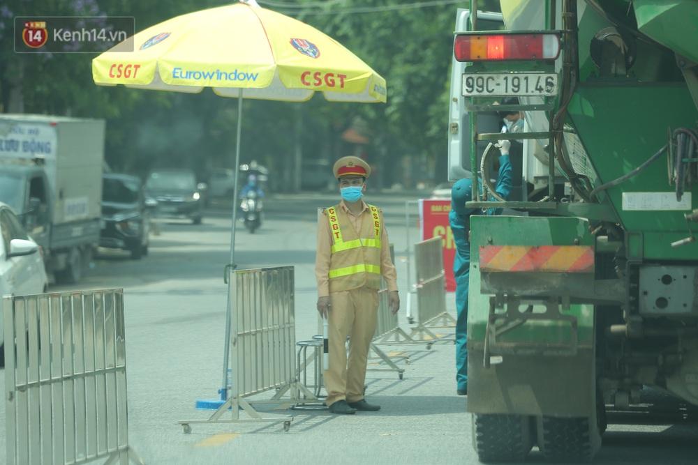 Ảnh: Bắc Giang lập chốt phong toả huyện Việt Yên sau khi phát hiện ổ dịch Công ty Hosiden, hàng chục nghìn người bị cách ly - Ảnh 8.