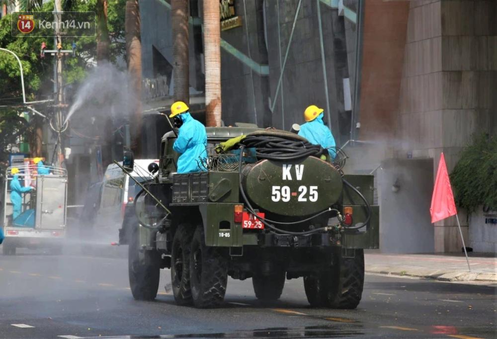 Ảnh: Bộ đội hóa học phun thuốc khử khuẩn tại khu dân cư quanh quán bar lớn nhất Đà Nẵng - Ảnh 7.