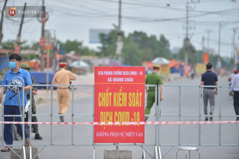 Ảnh: Bắc Giang lập chốt phong toả huyện Việt Yên sau khi phát hiện ổ dịch Công ty Hosiden, hàng chục nghìn người bị cách ly - Ảnh 2.