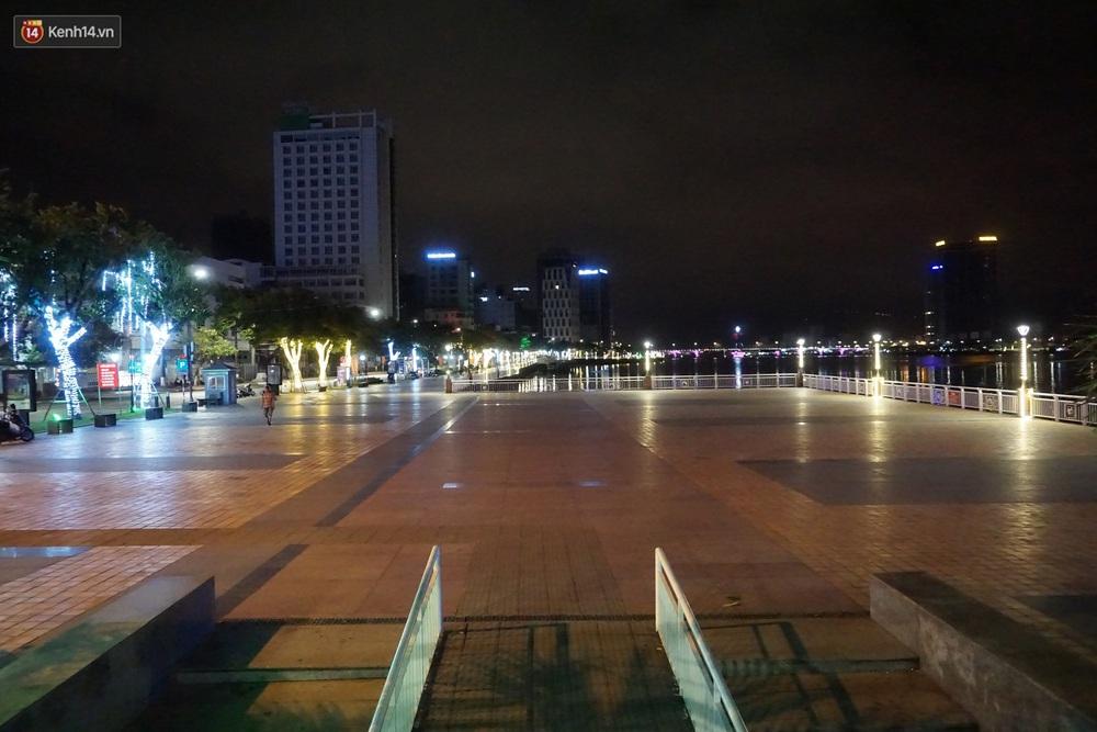 Ảnh: Những con phố lặng thinh ở Đà Nẵng trong những ngày dịch Covid-19 hoành hành - Ảnh 19.
