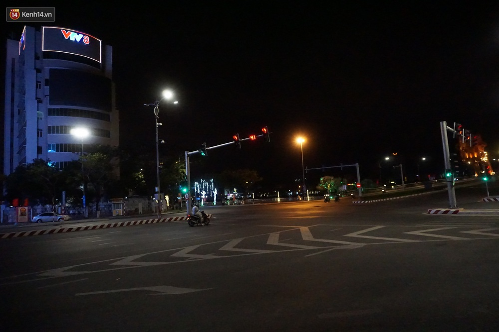 Ảnh: Những con phố lặng thinh ở Đà Nẵng trong những ngày dịch Covid-19 hoành hành - Ảnh 17.