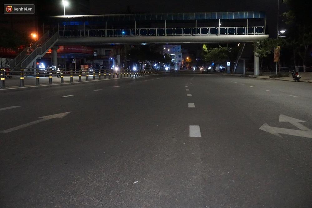 Ảnh: Những con phố lặng thinh ở Đà Nẵng trong những ngày dịch Covid-19 hoành hành - Ảnh 21.