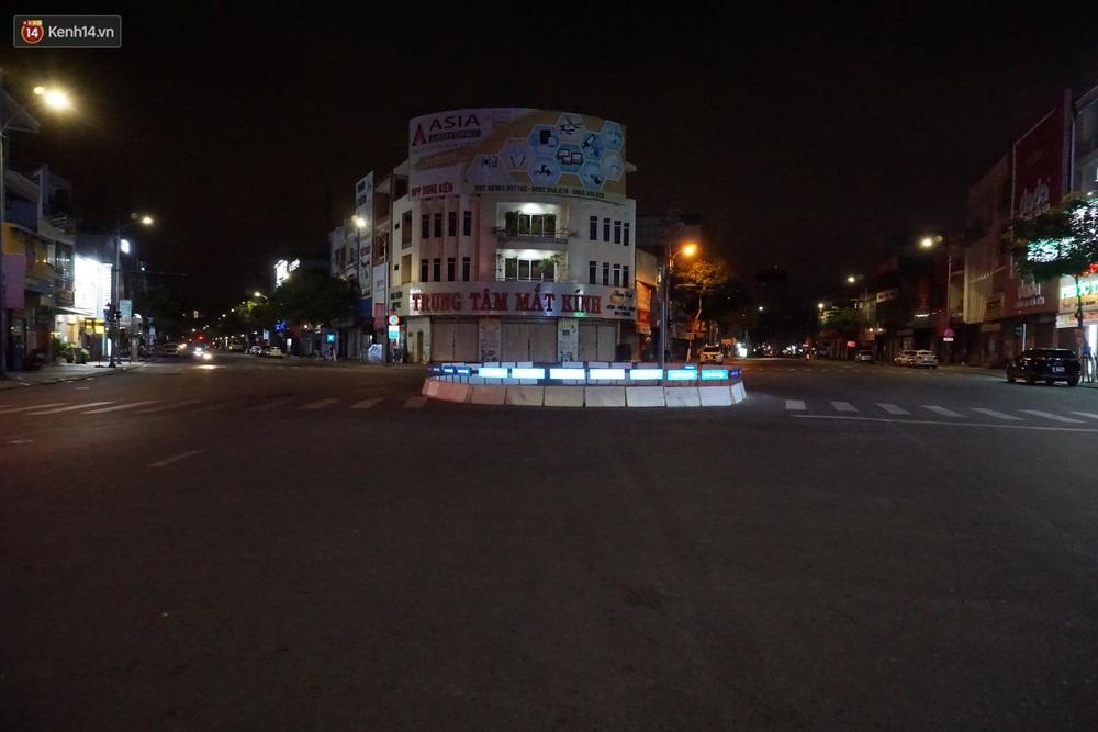 Ảnh: Những con phố lặng thinh ở Đà Nẵng trong những ngày dịch Covid-19 hoành hành - Ảnh 15.