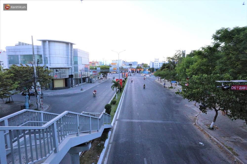 Ảnh: Những con phố lặng thinh ở Đà Nẵng trong những ngày dịch Covid-19 hoành hành - Ảnh 4.