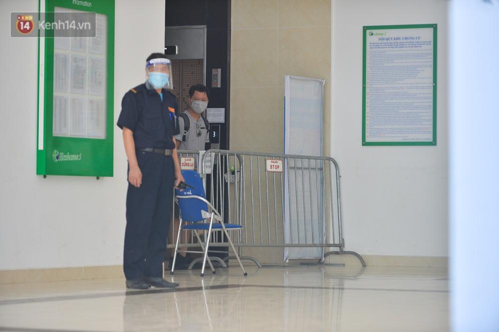 Ảnh: Hà Nội phong toả một tầng chung cư Ecohome 3 sau khi kỹ thuật viên Bệnh viện Phổi Trung ương dương tính SARS-CoV-2 - Ảnh 3.