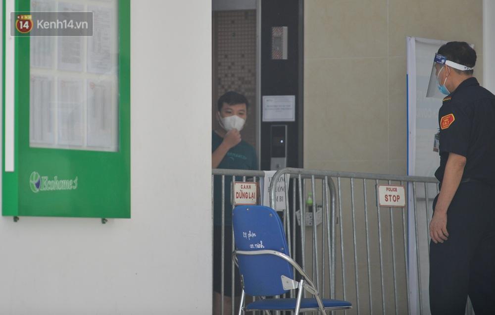Ảnh: Hà Nội phong toả một tầng chung cư Ecohome 3 sau khi kỹ thuật viên Bệnh viện Phổi Trung ương dương tính SARS-CoV-2 - Ảnh 4.