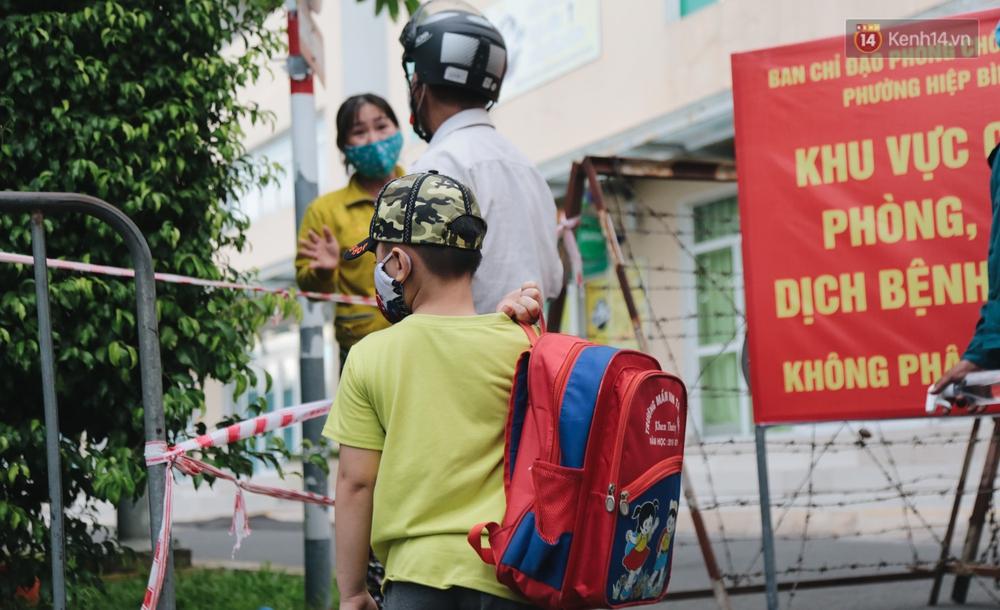 Ảnh: Những đứa trẻ theo mẹ về cách ly ở chung cư Sunview Town sau khi ghi nhận ca dương tính sống ở đây - Ảnh 7.