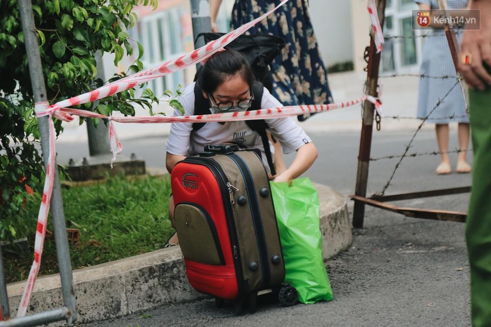 Ảnh: Những đứa trẻ theo mẹ về cách ly ở chung cư Sunview Town sau khi ghi nhận ca dương tính sống ở đây - Ảnh 9.
