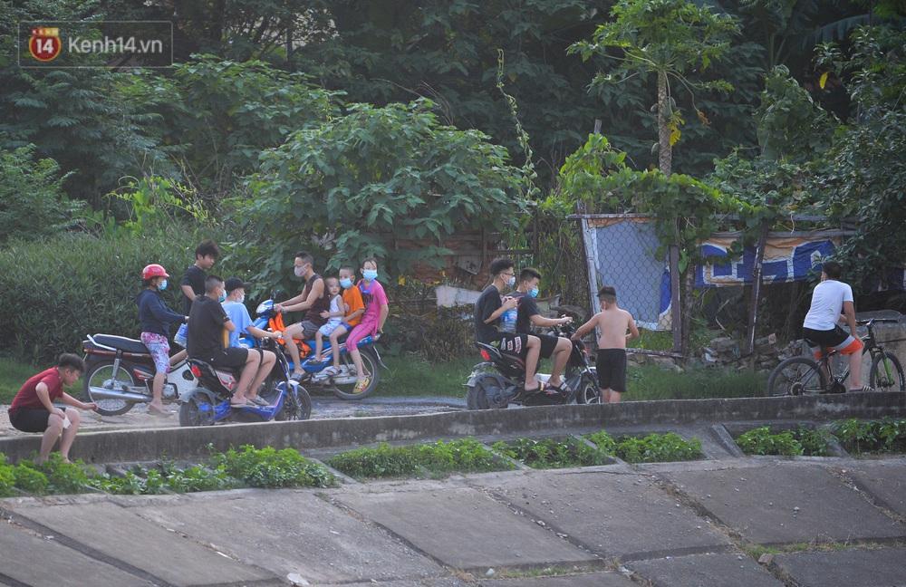Ngó lơ quy định phòng dịch, người Hà Nội đổ ra hồ Linh Đàm: Trên tập thể dục, dưới thả ga bơi lội - Ảnh 2.