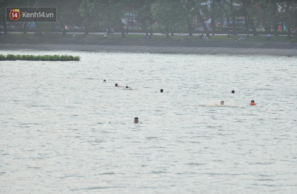 Ngó lơ quy định phòng dịch, người Hà Nội đổ ra hồ Linh Đàm: Trên tập thể dục, dưới thả ga bơi lội - Ảnh 1.
