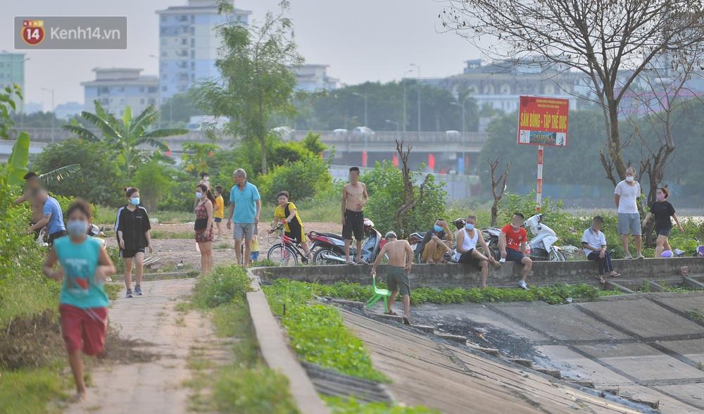 Ngó lơ quy định phòng dịch, người Hà Nội đổ ra hồ Linh Đàm: Trên tập thể dục, dưới thả ga bơi lội - Ảnh 6.