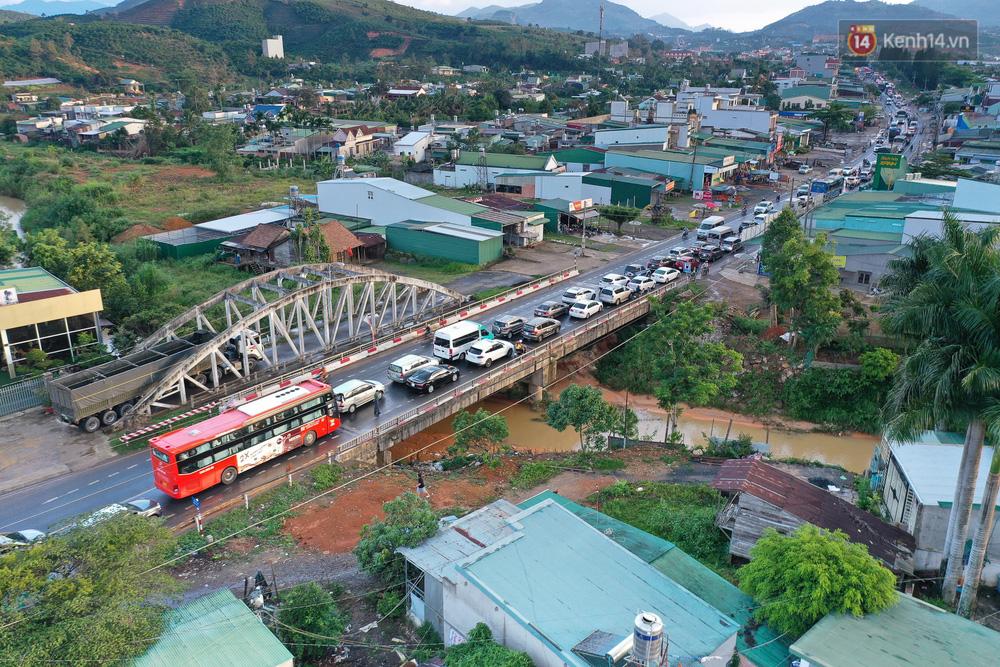 Flycam: Sợ kẹt xe từ sáng đến chiều, du khách ùn ùn rời Đà Lạt sớm, đèo Bảo Lộc lại tắc cứng không lối thoát - Ảnh 3.