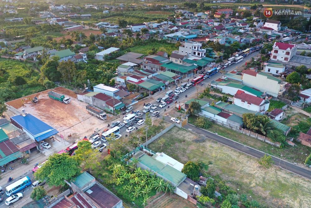 Flycam: Sợ kẹt xe từ sáng đến chiều, du khách ùn ùn rời Đà Lạt sớm, đèo Bảo Lộc lại tắc cứng không lối thoát - Ảnh 2.
