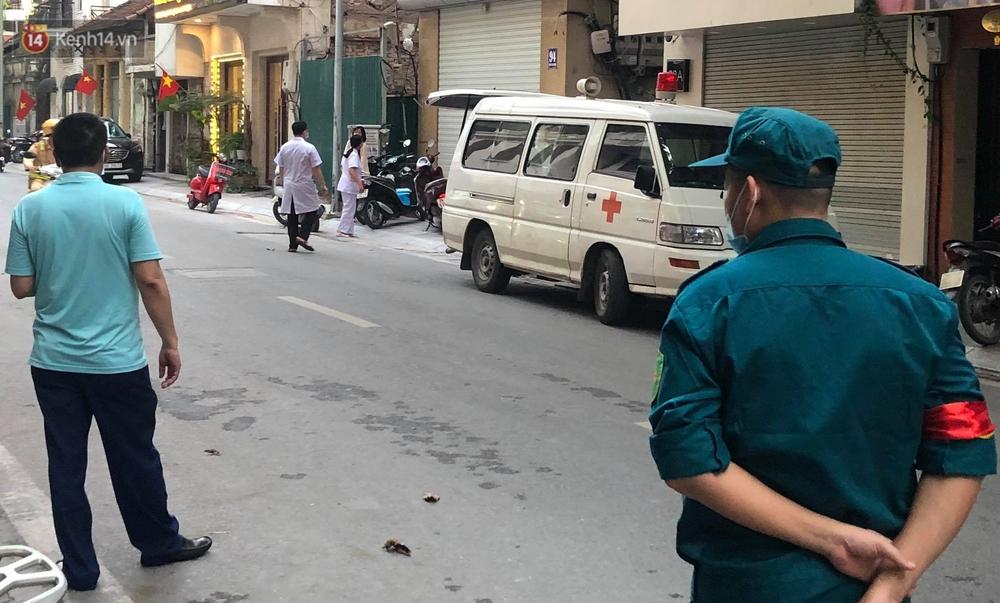 Hà Nội: Lực lượng chức năng phong toả tạm thời con ngõ ở quận Hai Bà Trưng có nữ nhân viên quán bar dương tính với SARS-CoV-2 - Ảnh 1.