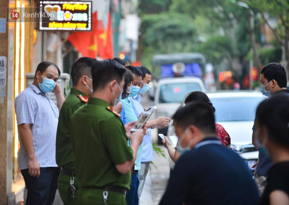 Hà Nội: Lực lượng chức năng phong toả tạm thời con ngõ ở quận Hai Bà Trưng có nữ nhân viên quán bar dương tính với SARS-CoV-2 - Ảnh 5.