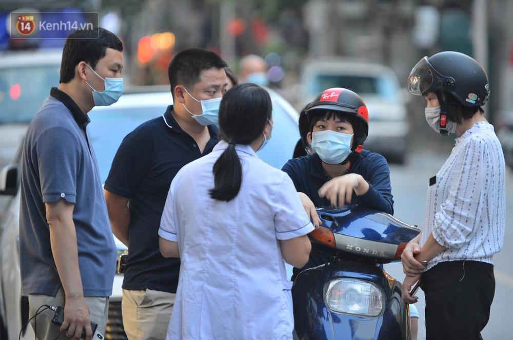 Hà Nội: Lực lượng chức năng phong toả tạm thời con ngõ ở quận Hai Bà Trưng có nữ nhân viên quán bar dương tính với SARS-CoV-2 - Ảnh 7.