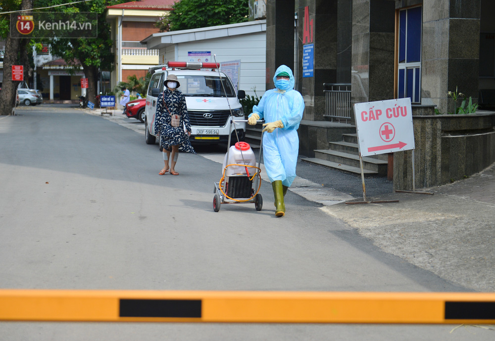 Ảnh: BV Đa khoa huyện Thạch Thất phun khử khuẩn, tạm dừng tiếp nhận bệnh nhân do liên quan ca mắc Covid-19 - Ảnh 6.