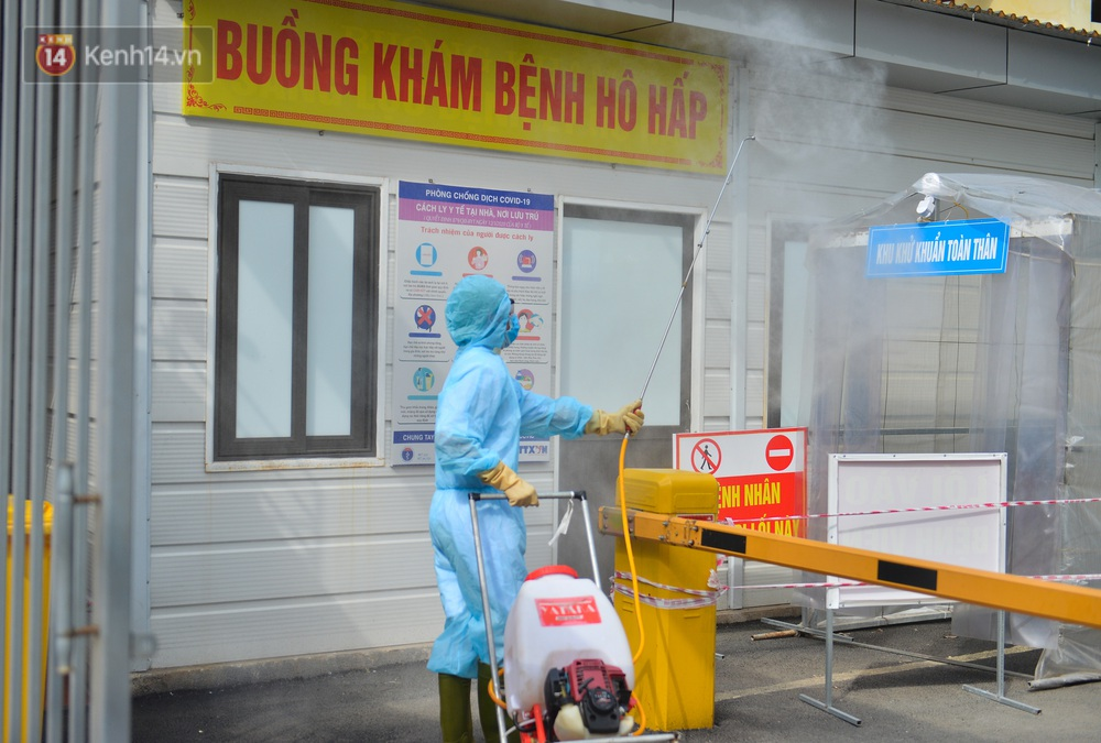 Ảnh: BV Đa khoa huyện Thạch Thất phun khử khuẩn, tạm dừng tiếp nhận bệnh nhân do liên quan ca mắc Covid-19 - Ảnh 8.