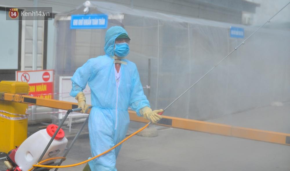 Ảnh: BV Đa khoa huyện Thạch Thất phun khử khuẩn, tạm dừng tiếp nhận bệnh nhân do liên quan ca mắc Covid-19 - Ảnh 9.