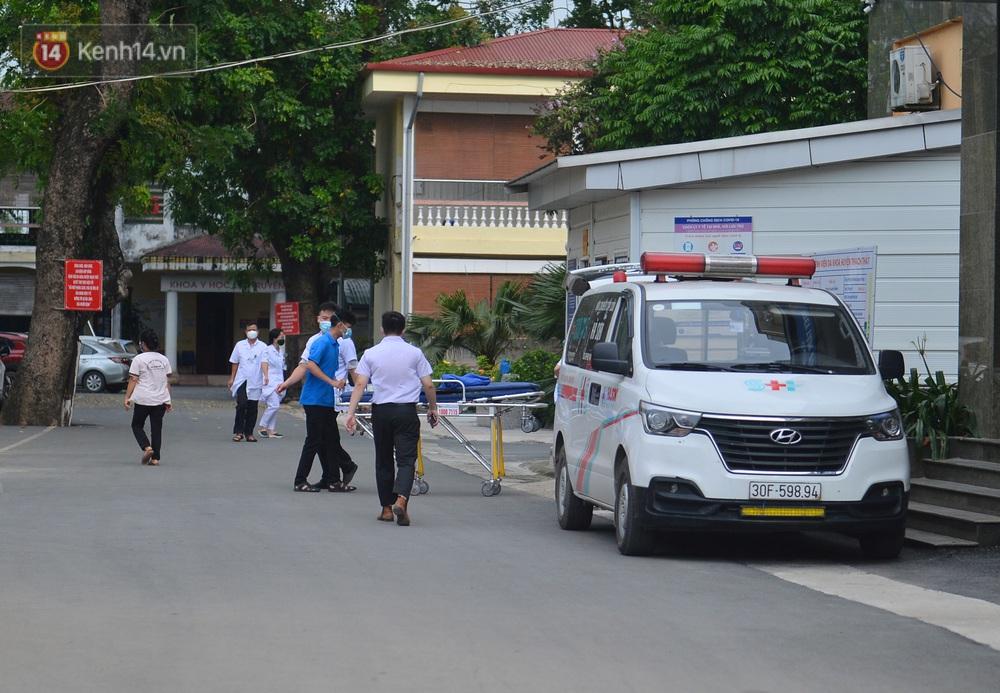 Ảnh: BV Đa khoa huyện Thạch Thất phun khử khuẩn, tạm dừng tiếp nhận bệnh nhân do liên quan ca mắc Covid-19 - Ảnh 10.