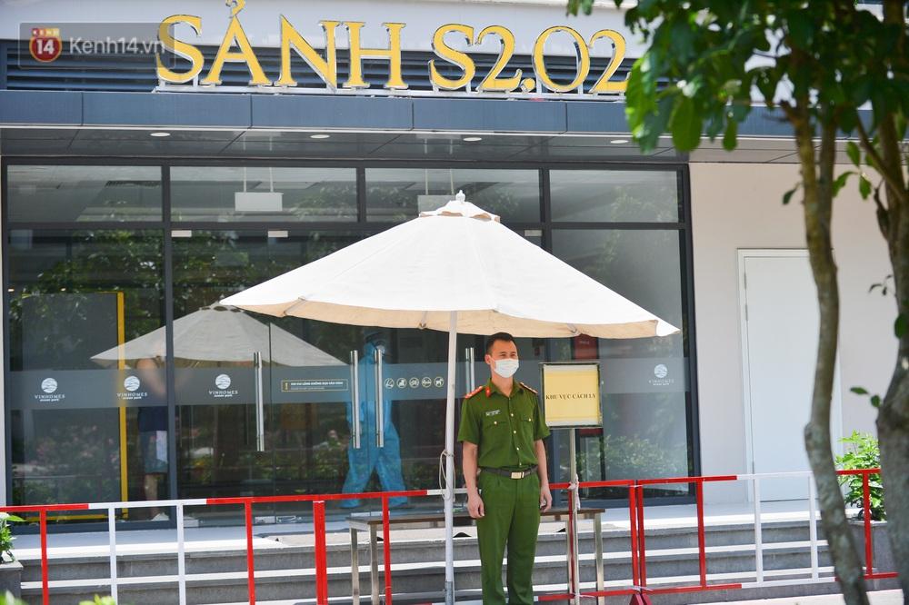 Ảnh: Phong toả toà S202 chung cư Vinhomes Ocean Park - nơi hơn 500 người dân sinh sống do liên quan ca dương tính SARS-CoV-2 - Ảnh 1.