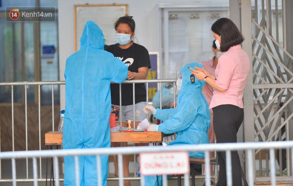 Ảnh: Phong toả một toà nhà tại KĐT Việt Hưng do liên quan ca dương tính của nam sinh ở Times City, cư dân bỏ phiếu bầu cử qua chốt kiểm dịch - Ảnh 7.