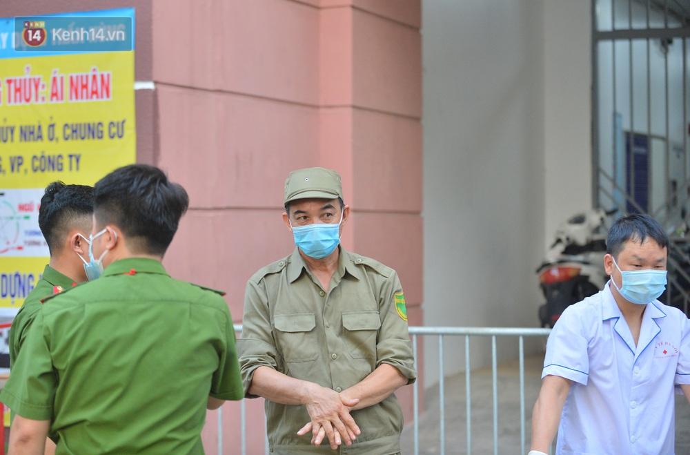 Ảnh: Phong toả một toà nhà tại KĐT Việt Hưng do liên quan ca dương tính của nam sinh ở Times City, cư dân bỏ phiếu bầu cử qua chốt kiểm dịch - Ảnh 3.