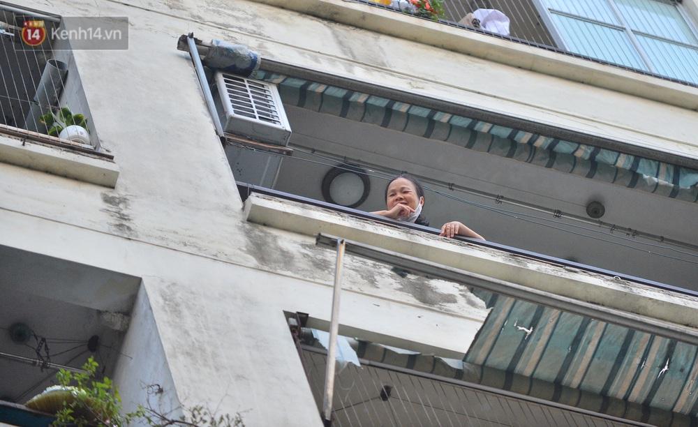 Ảnh: Phong toả một toà nhà tại KĐT Việt Hưng do liên quan ca dương tính của nam sinh ở Times City, cư dân bỏ phiếu bầu cử qua chốt kiểm dịch - Ảnh 10.