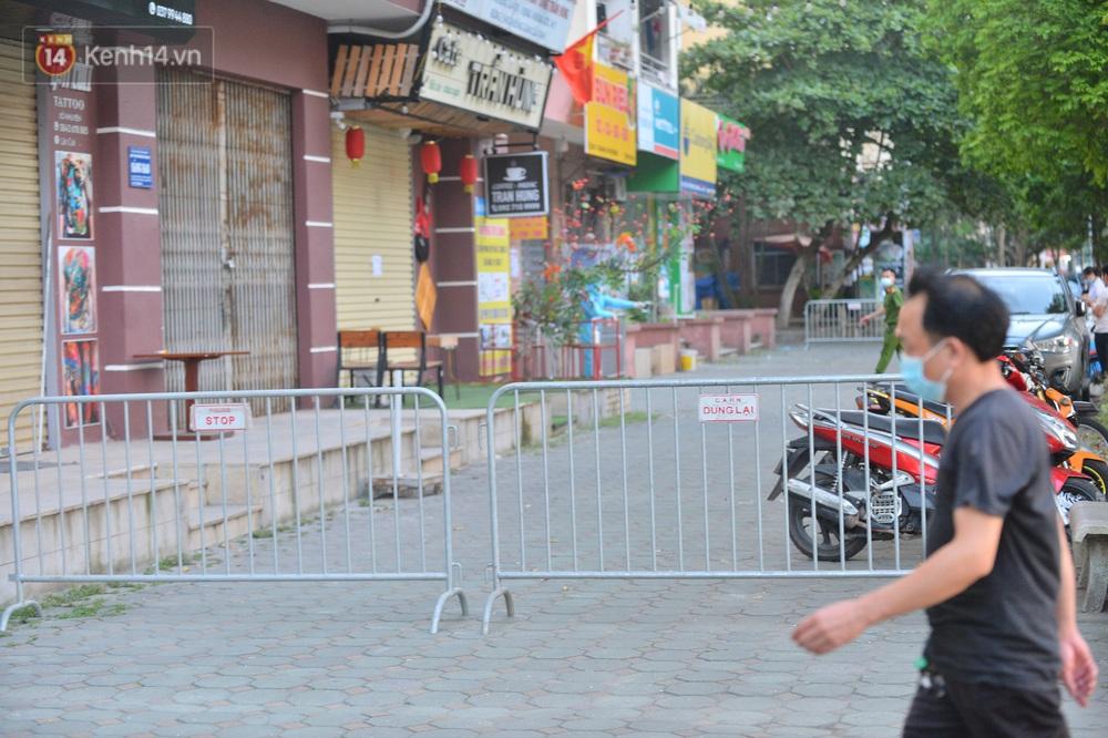 Ảnh: Phong toả một toà nhà tại KĐT Việt Hưng do liên quan ca dương tính của nam sinh ở Times City, cư dân bỏ phiếu bầu cử qua chốt kiểm dịch - Ảnh 4.