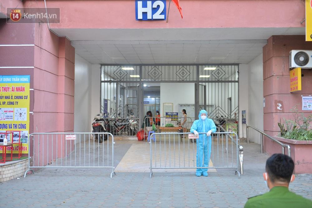 Ảnh: Phong toả một toà nhà tại KĐT Việt Hưng do liên quan ca dương tính của nam sinh ở Times City, cư dân bỏ phiếu bầu cử qua chốt kiểm dịch - Ảnh 2.