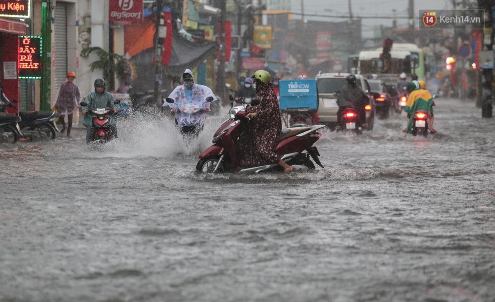 Ảnh: Ô tô chết máy, trôi bồng bềnh trên đường ngập ở Sài Gòn sau mưa lớn - Ảnh 14.