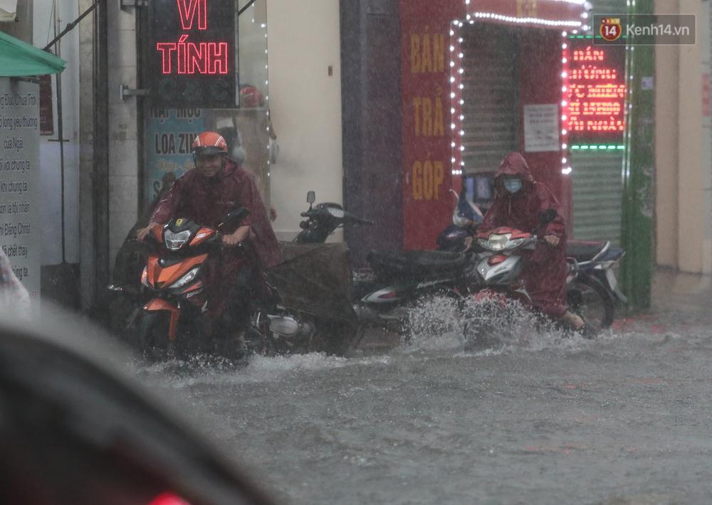 Ảnh: Ô tô chết máy, trôi bồng bềnh trên đường ngập ở Sài Gòn sau mưa lớn - Ảnh 16.