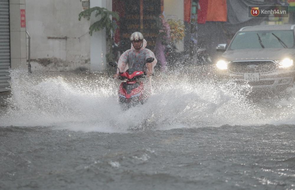 Ảnh: Ô tô chết máy, trôi bồng bềnh trên đường ngập ở Sài Gòn sau mưa lớn - Ảnh 15.