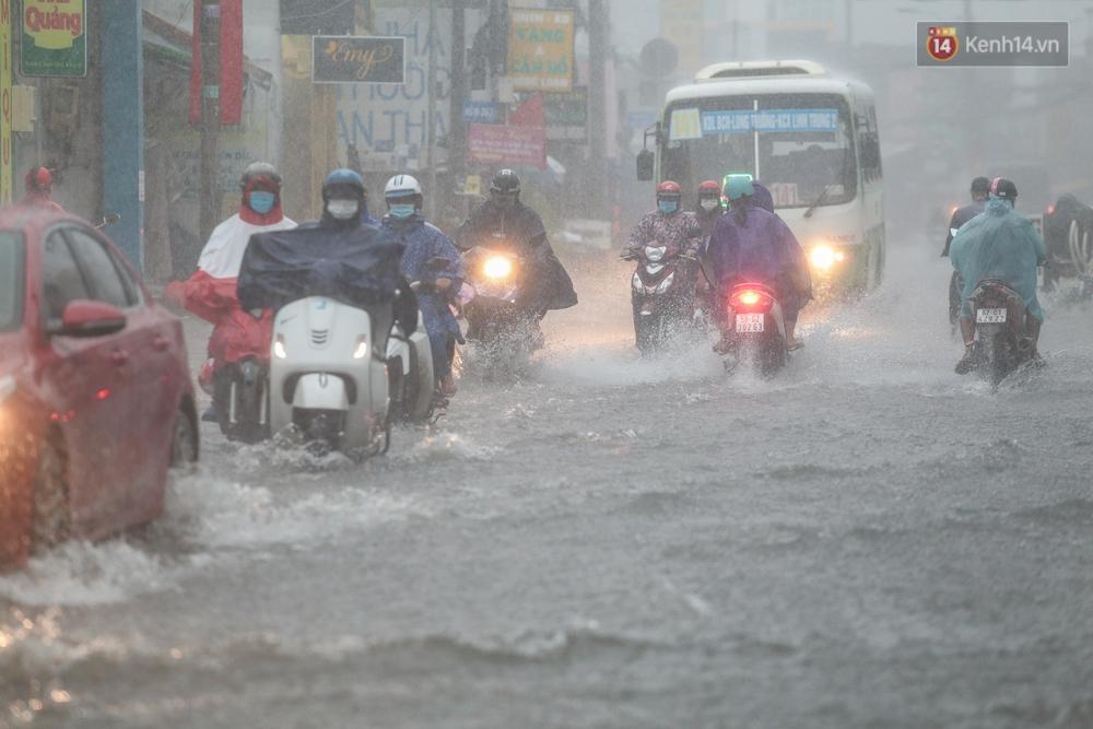 Ảnh: Ô tô chết máy, trôi bồng bềnh trên đường ngập ở Sài Gòn sau mưa lớn - Ảnh 1.