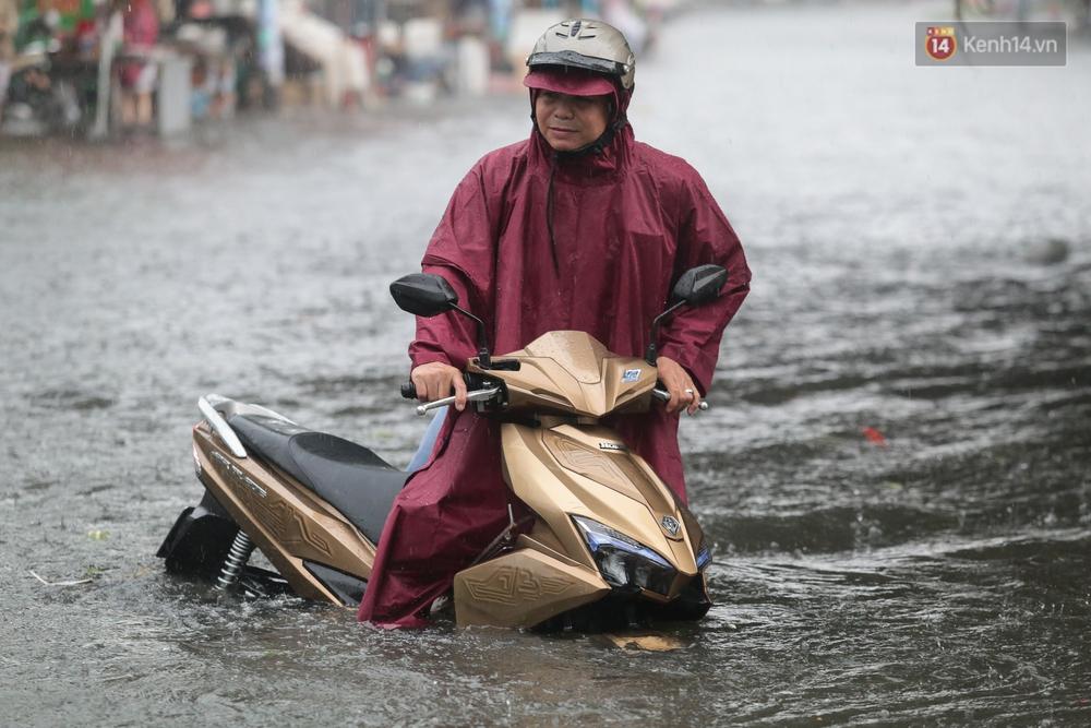 Ảnh: Ô tô chết máy, trôi bồng bềnh trên đường ngập ở Sài Gòn sau mưa lớn - Ảnh 10.