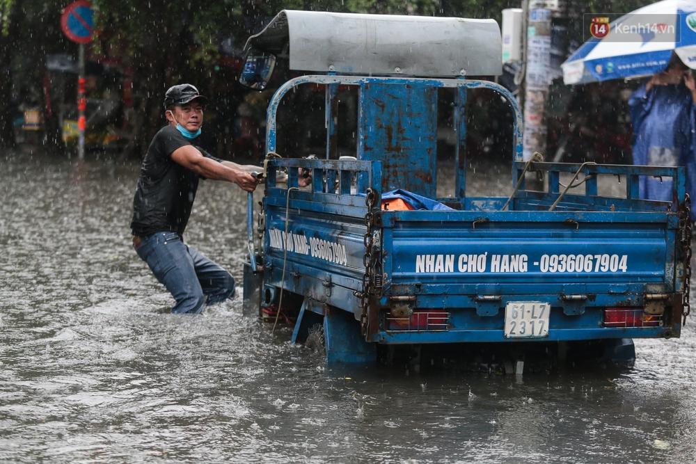 Ảnh: Ô tô chết máy, trôi bồng bềnh trên đường ngập ở Sài Gòn sau mưa lớn - Ảnh 4.