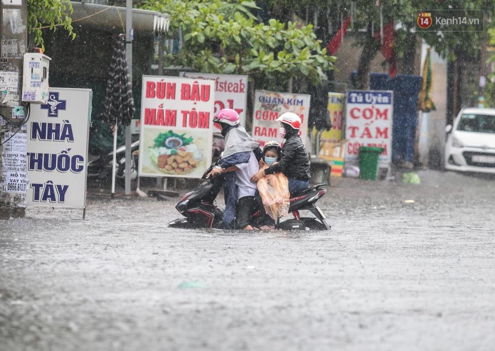 Ảnh: Ô tô chết máy, trôi bồng bềnh trên đường ngập ở Sài Gòn sau mưa lớn - Ảnh 6.